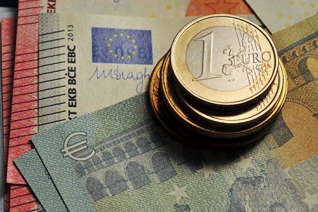 """""""Монета номиналом 1 евро и банкноты евро различного номинала"""