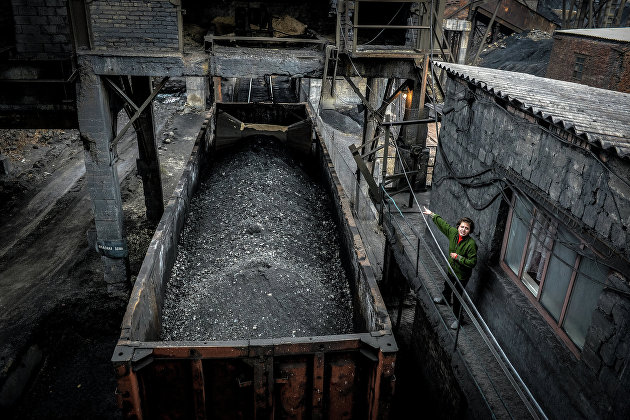 Отгрузка угля в вагоны на шахте