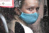 Девушка в пассажирском автобусе во время дождя в Красноярске