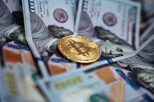 Монета с логотипом криптовалюты биткоин