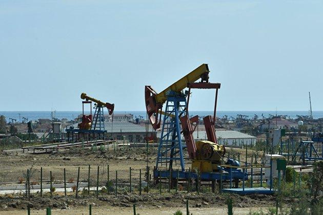 Добыча нефти в пригороде Баку