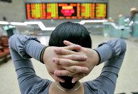 Инвестор смотрит на электронное табло