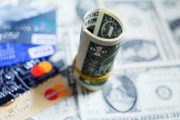 Денежные купюры США и банковские карты международных платежных систем VISA
