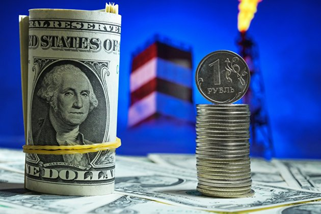 Денежные купюры США и монеты номиналом один рубль