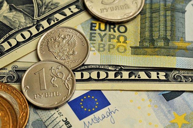 Монета номиналом 1 рубль, банкноты номиналом 1 доллар США и банкноты евро различного номинала