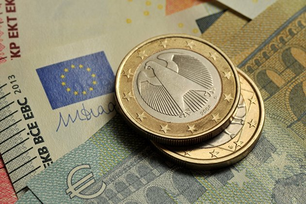 Монеты номиналом 1 евро и банкноты евро различного номинала