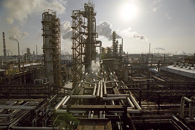 """Омский нефтеперерабатывающий завод """"Сибирской нефтяной компании"""" (ныне """"Газпром нефть"""")."""