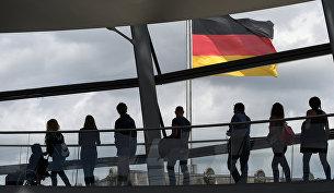 Посетители в здании рейхстага в Берлине, Германия