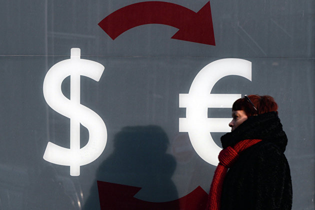 Знаки доллара и евро на стене пункта обмена валюты