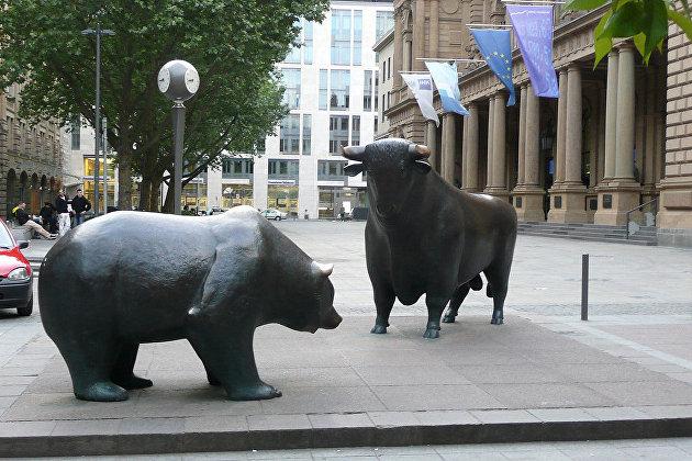 Скульптуры быка и медведя перед Франкфуртской фондовой биржей