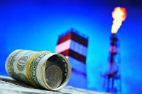 Денежные купюры США и монета номиналом один рубль.