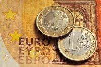 """"""" Монеты номиналом 1 евро и банкнота номиналом 50 евро"""