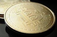 Сувенирная монета криптовалюты биткойн.
