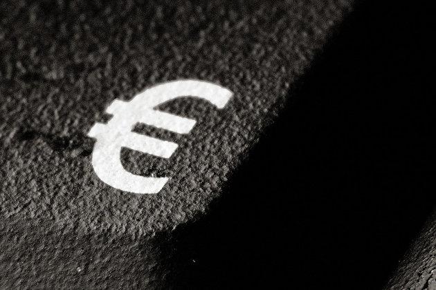 Значок евро на асфальте