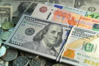Денежные купюры и монеты.