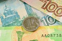 Монета номиналом один рубль и банкноты номиналом 100, 200 и 1000 рублей.